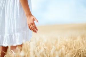 Niña en campo de trigo
